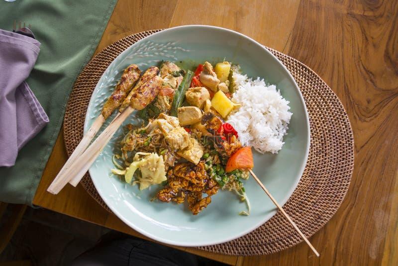 典型的巴厘语板材,与sa鸡的泰国,印度尼西亚食物 库存图片