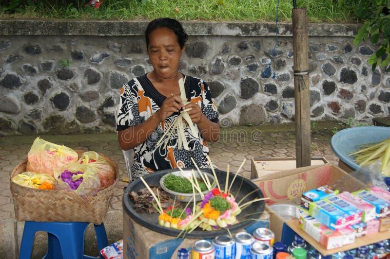 典型的巴厘语街道场面-圣洁礼物卖主 免版税图库摄影