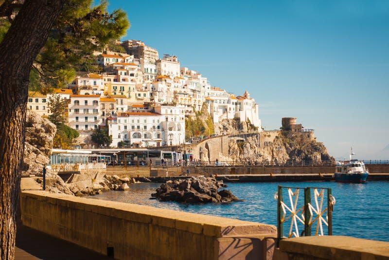 典型的意大利房子在海,阿马飞,意大利上的山栖息 图库摄影
