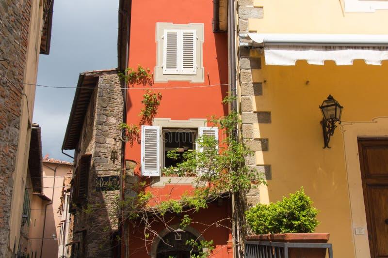 典型的意大利房子,托斯卡纳,意大利的门面片段 图库摄影