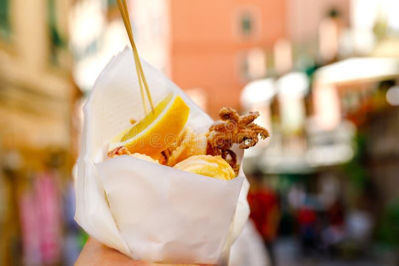 典型的意大利海鲜Fritto Misto di Pesce,混杂的油煎的鱼,利古里亚,意大利,欧洲 健康快餐在热那亚,Cinque 图库摄影