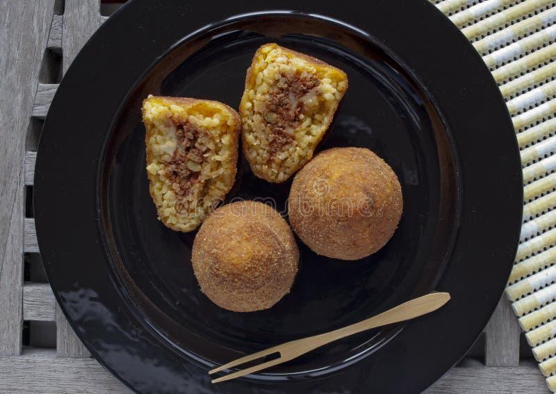 典型的意大利食物:西西里人的食物叫arancini 图库摄影
