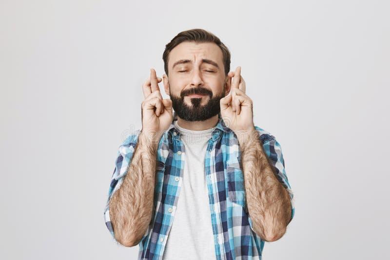 典型的成人欧洲人和髭画象有胡子的在控制中衬衣,横渡的手指和表达 免版税库存图片