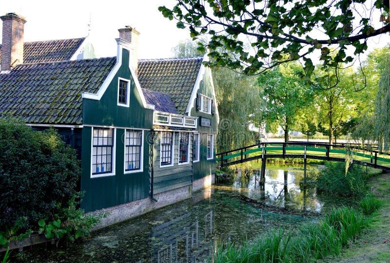典型的房子和桥梁在Zaanse Schans 库存照片