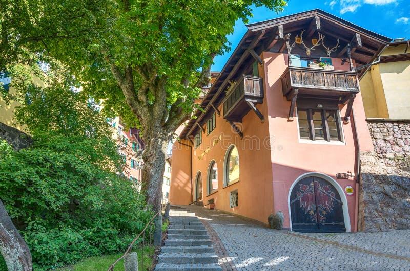 典型的房子在基茨比厄尔,蒂罗尔,奥地利 免版税库存图片