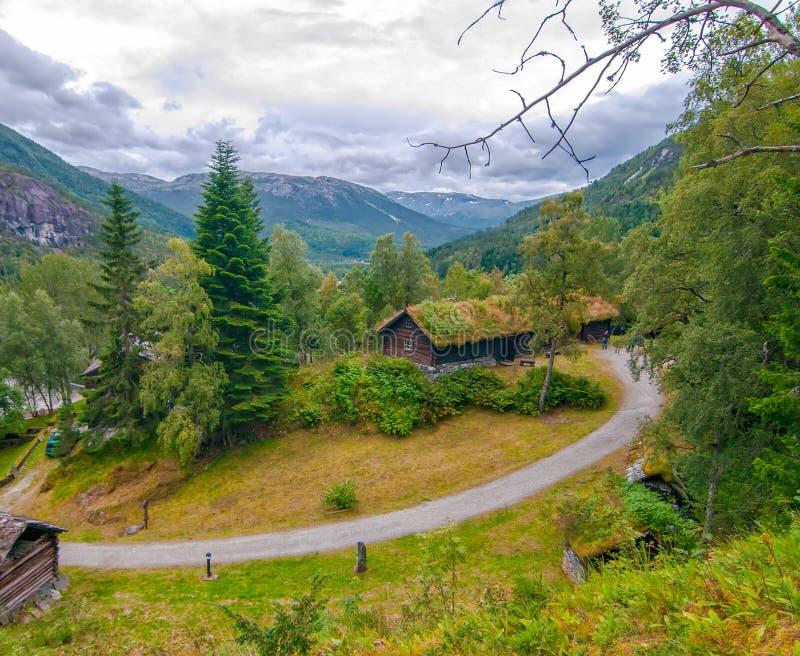 典型的挪威多云夏日在Stalheim,挪威 有青苔的Tradational木房子在屋顶 免版税库存图片