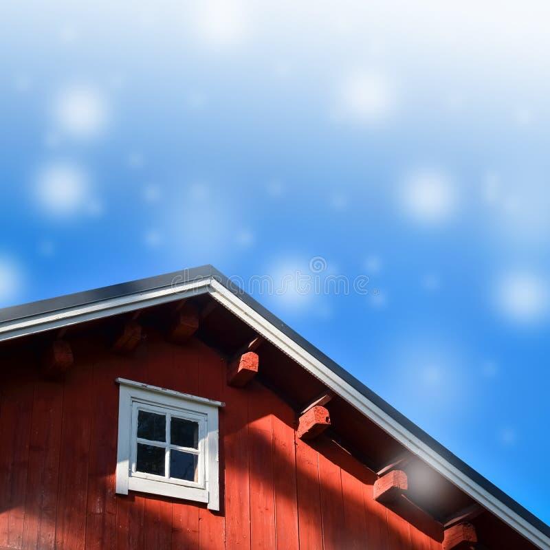 典型的挪威红色渔小屋有屋顶背景 免版税库存图片