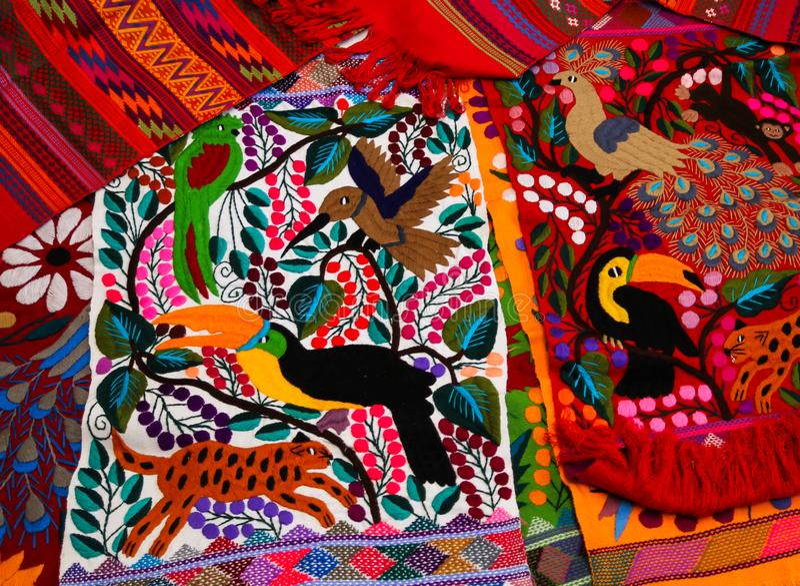 典型的本地产的Tzotzil玛雅人纺织品被创造在Zinacantan在圣克里斯托瓦尔de la Casas墨西哥附近 库存图片