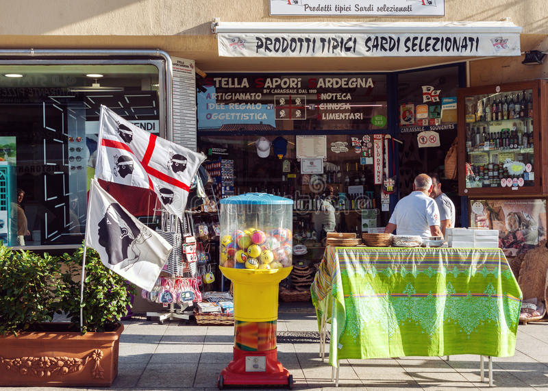 典型的杂货和纪念品店在撒丁岛 免版税库存照片