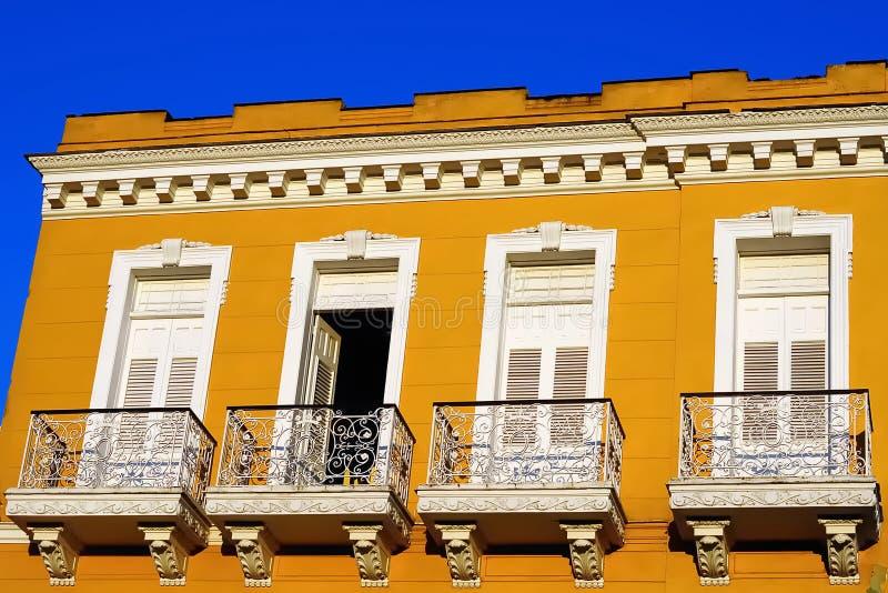 典型的殖民地大厦发展的门面 免版税库存照片