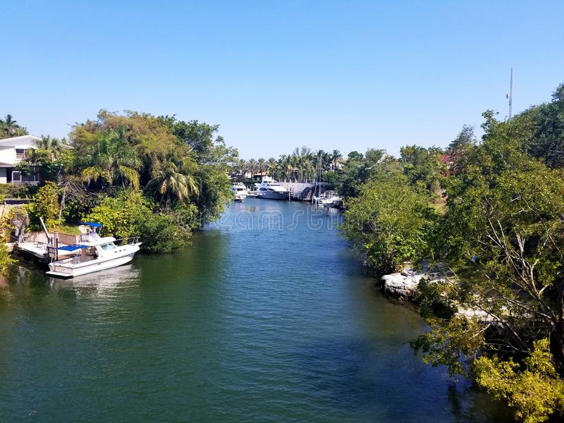 典型的江边社区在佛罗里达 库存照片