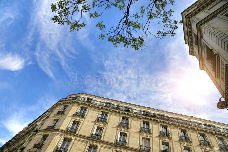 典型的法国大厦门面在巴黎 免版税库存图片