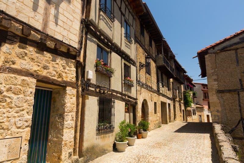 典型的狭窄的街道在Frias 布尔戈斯 库存图片