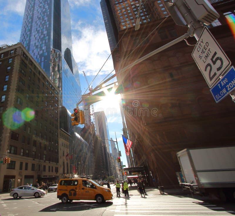 典型的看法城市交叉路在这种情况下第7与第57个ave在NY城市 图库摄影