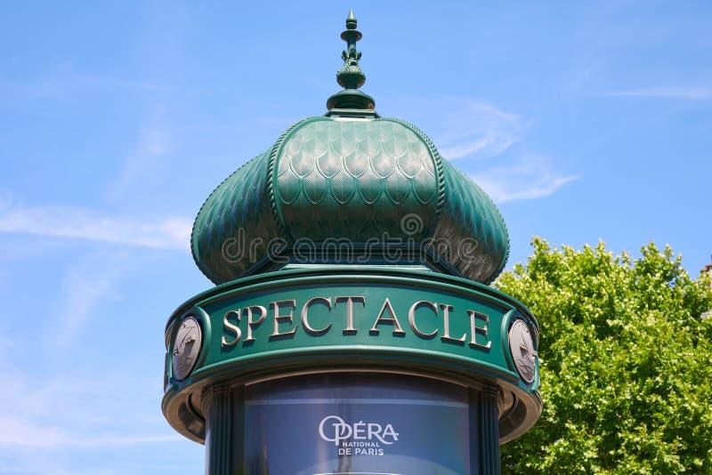 典型的绿色广告栏或莫里斯专栏在巴黎在一好日子,天空蔚蓝 免版税库存图片