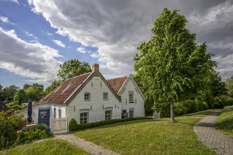 典型的老小屋在东部弗里西亚在德国 免版税库存照片