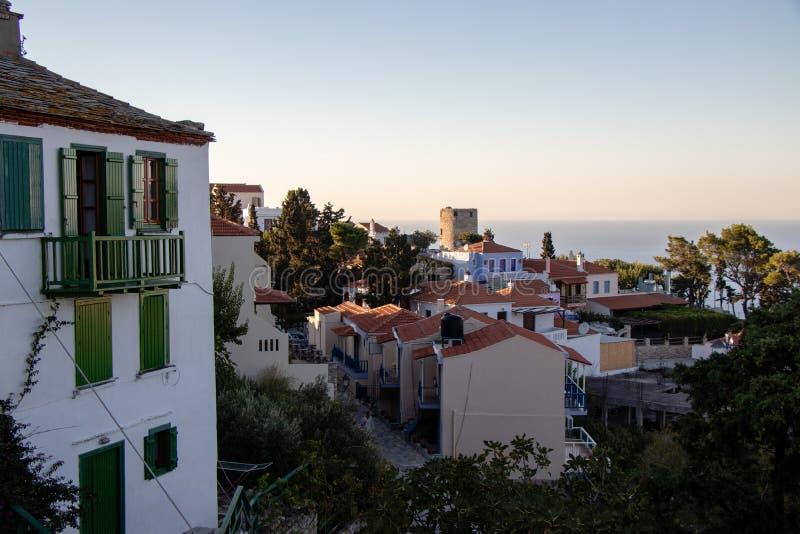 典型的老希腊议院和Chora一个小希腊镇的看法在希腊在夏天,北部Spo的Alonissos海岛零件 库存照片