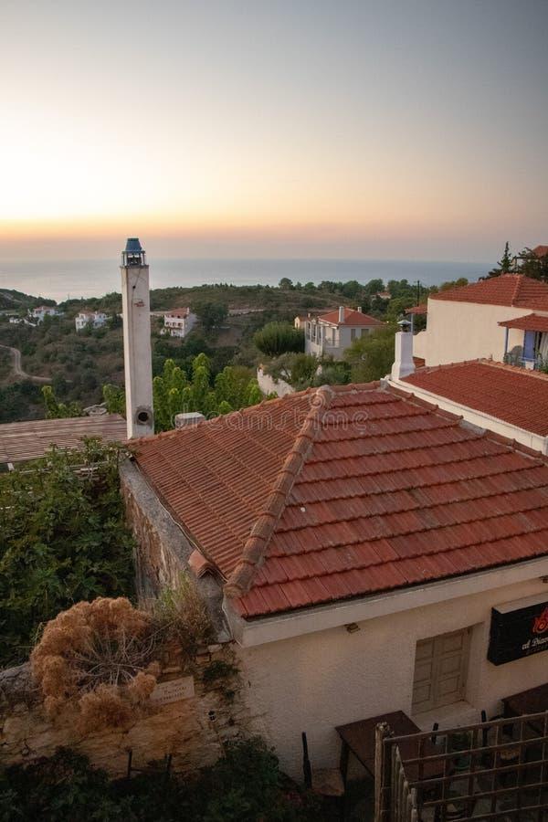 典型的老希腊议院和Chora一个小希腊镇的看法在希腊在夏天,北部Spo的Alonissos海岛零件 图库摄影