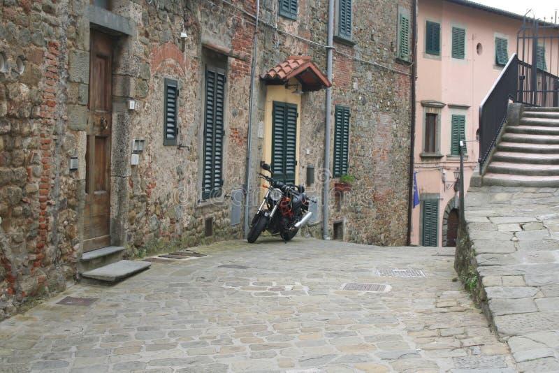 典型的老意大利街道在托斯卡纳 库存图片