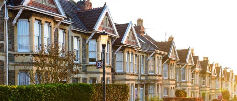 典型的英国露台的房子在日出的布里斯托尔 免版税库存照片