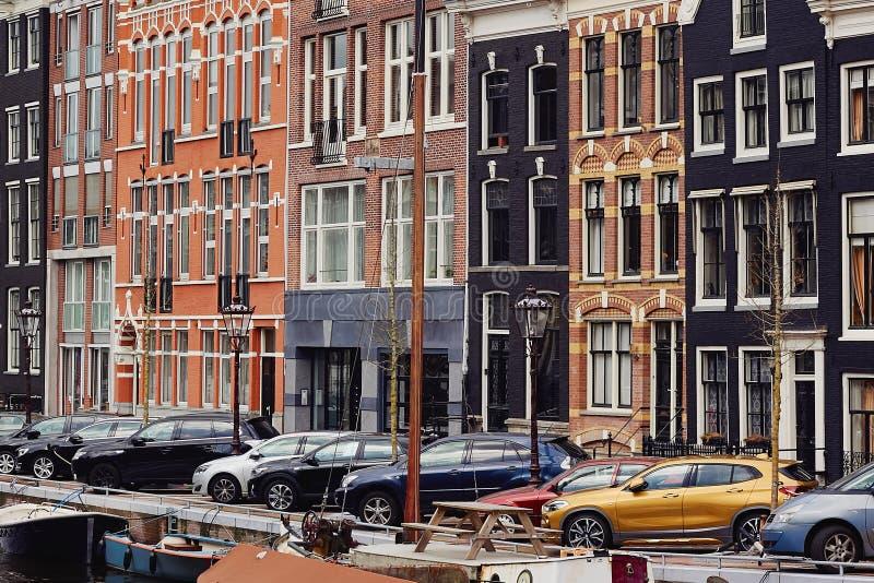 典型的荷兰建筑学、运河和小船在阿姆斯特丹,荷兰,荷兰 库存照片