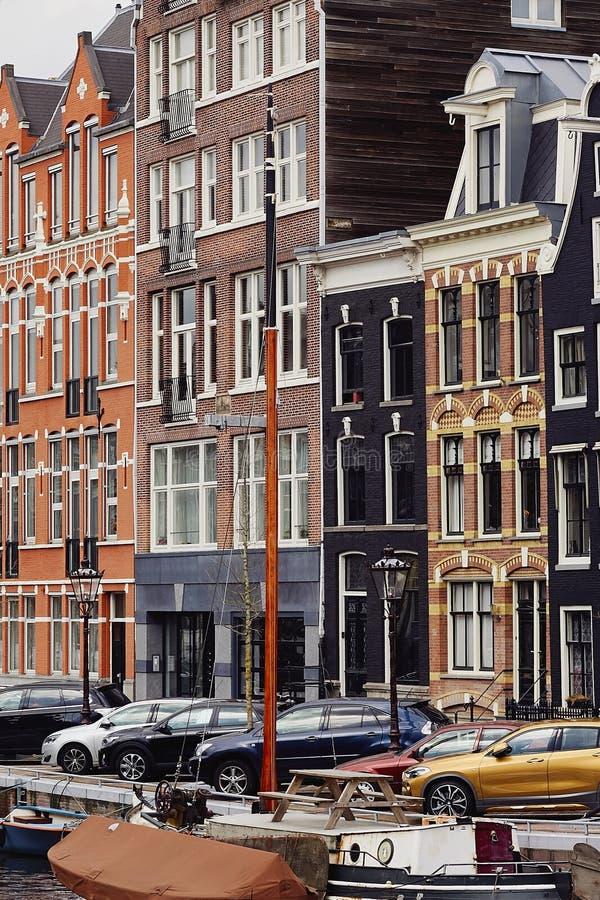 典型的荷兰建筑学、运河和小船在阿姆斯特丹,荷兰,荷兰 图库摄影