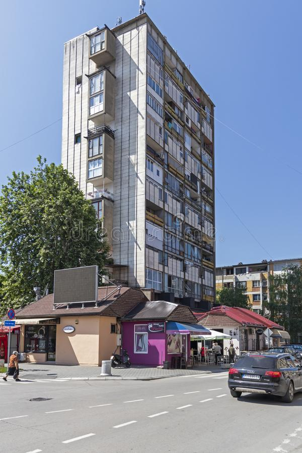 典型的街道和大厦在皮罗特,塞尔维亚镇  免版税图库摄影