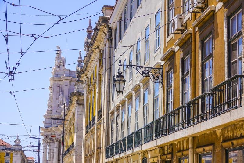 典型的街道视图在里斯本-里斯本-葡萄牙- 2017年6月17日的市中心 库存图片