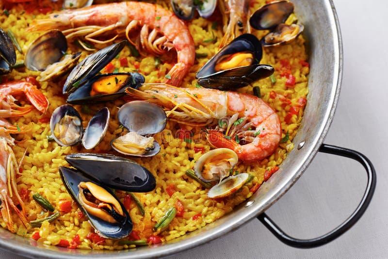 典型的西班牙海鲜肉菜饭 库存图片