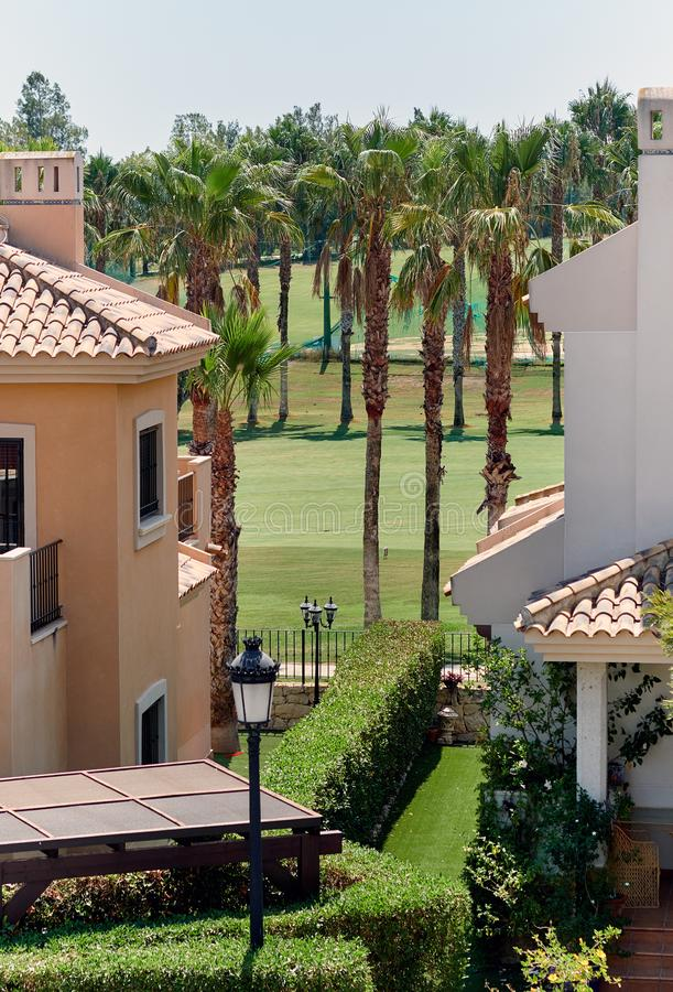 典型的西班牙高尔夫球领域,草甸 库存照片