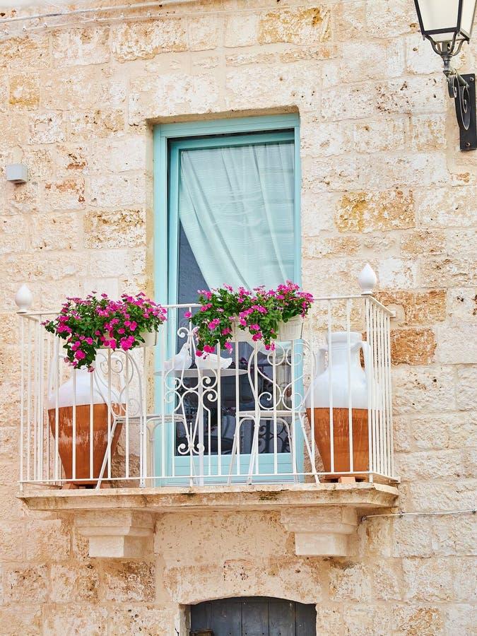 典型的阳台在南意大利的一个石房子里 库存图片