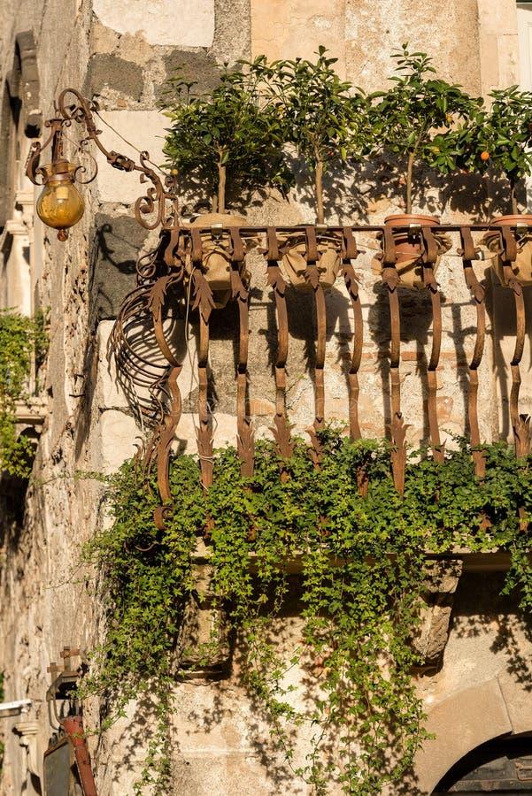 典型的阳台-陶尔米纳镇西西里岛意大利 库存图片