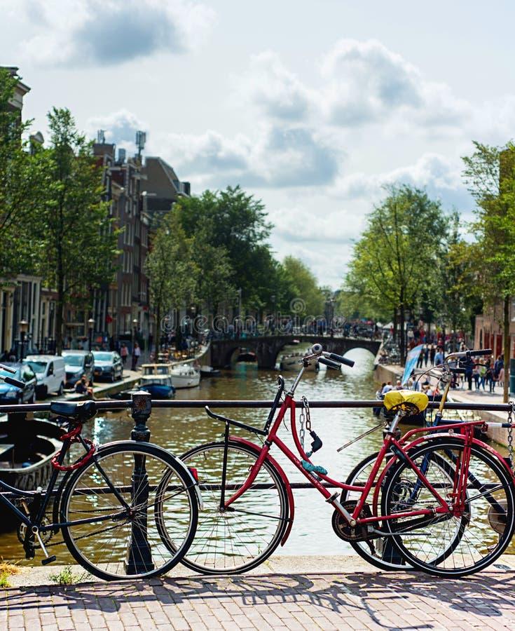 典型的阿姆斯特丹自行车视图 免版税库存照片