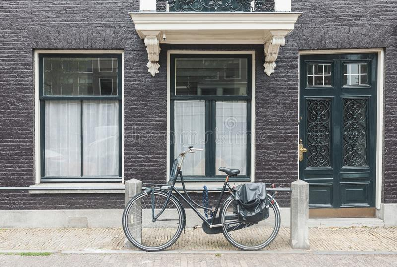 典型的阿姆斯特丹街道视图在有老门和窗口和葡萄酒自行车的荷兰 免版税图库摄影
