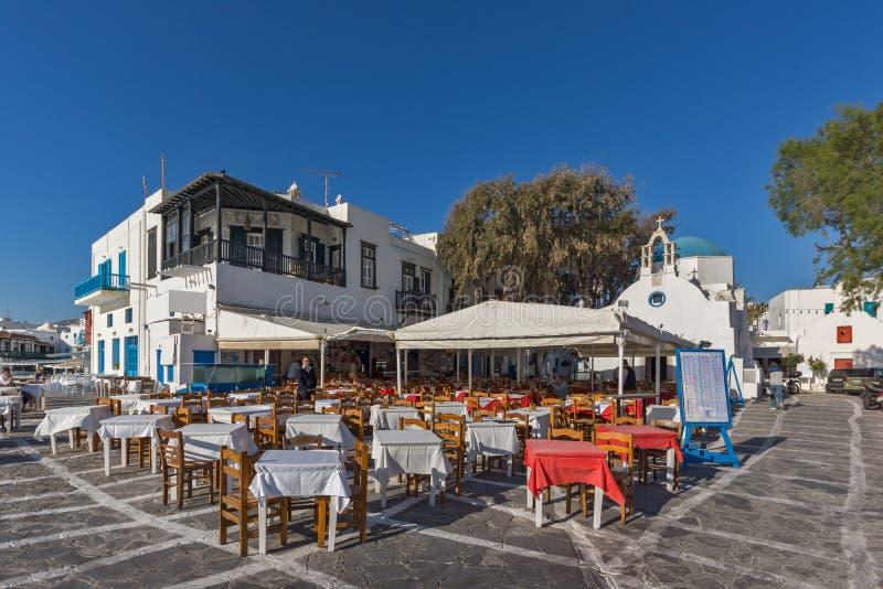典型的餐馆和小正方形,基克拉泽斯,希腊 免版税库存图片