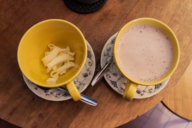 典型的饮料在波哥大,哥伦比亚 与的巧克力热饮chees 免版税库存照片