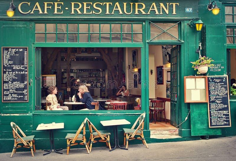 典型的巴黎人咖啡馆。 图库摄影