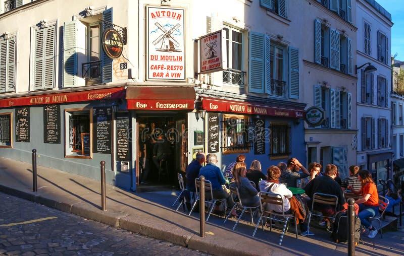 典型的巴黎咖啡馆澳大利亚游览du moulin看法在巴黎,蒙马特地区,法国 库存图片