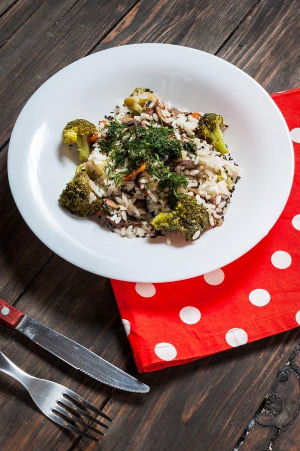 经典意大利煨饭用蘑菇和菜在木板材服务 图库摄影