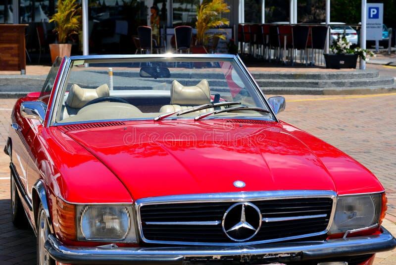 经典敞篷车车的红色奔驰车560SL 库存照片