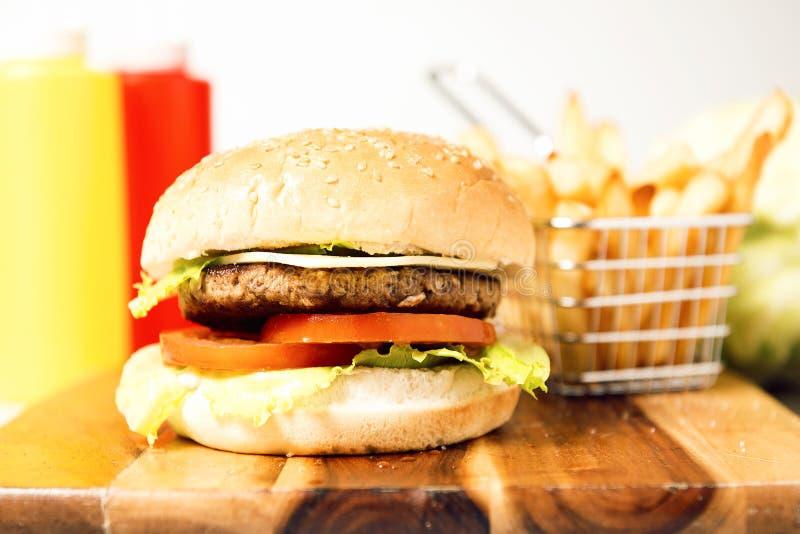 Download 经典汉堡包用乳酪 库存图片. 图片 包括有 垂直, 空白, 经典, 食物, 蕃茄, 土豆, 汉堡, 快速 - 62535799