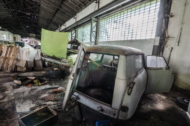 经典汽车在车间 免版税图库摄影