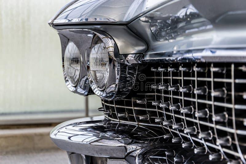 经典汽车格栅和车灯 免版税库存图片