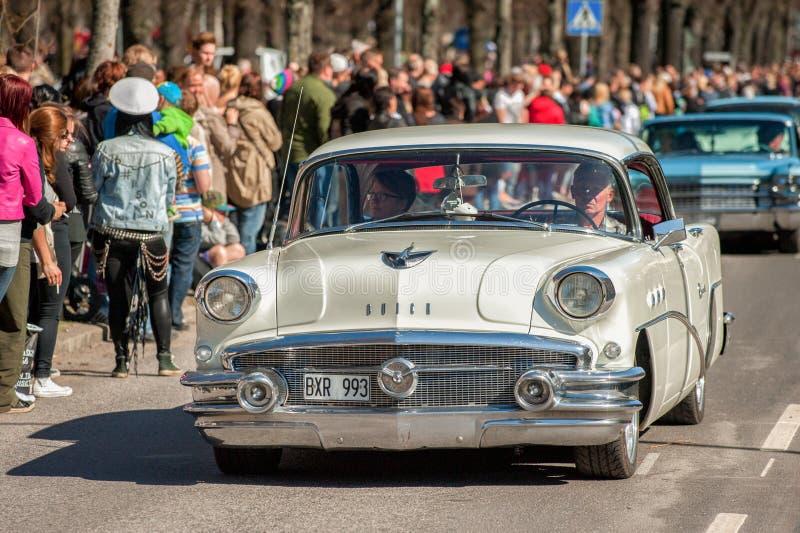 经典汽车游行在瑞典庆祝春天 库存图片