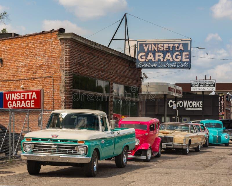 经典汽车,历史的Vinsetta车库,伍德沃德梦想巡航, MI 免版税库存照片