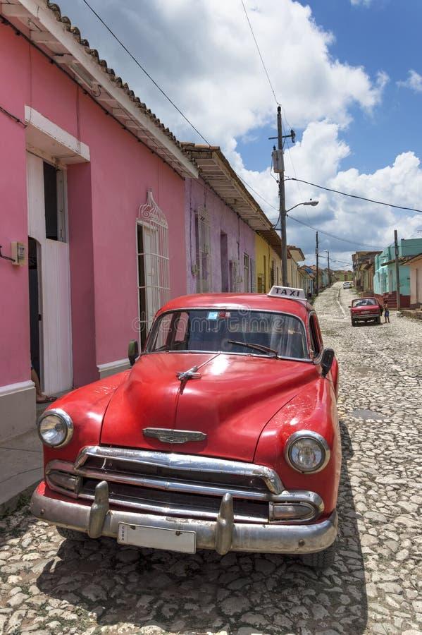 经典美国红色汽车在特立尼达,古巴 免版税库存照片
