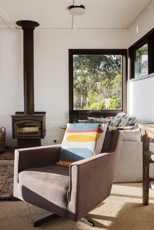 经典葡萄酒减速火箭的休息室可躺式椅椅子在70s海滨别墅里 库存图片