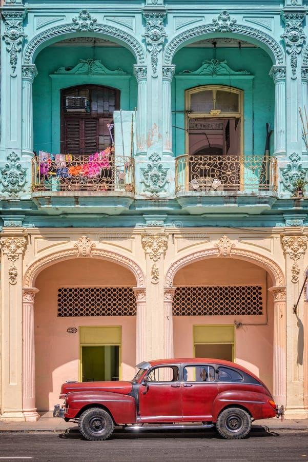 经典葡萄酒汽车和coloful殖民地大厦在哈瓦那旧城 库存图片