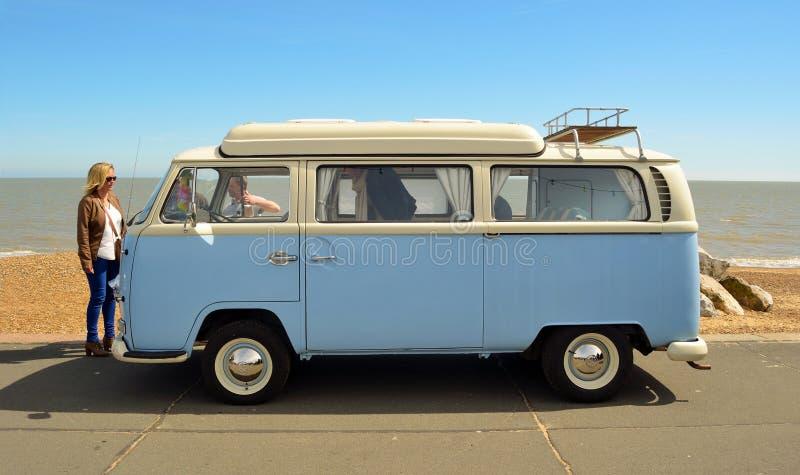 经典蓝色和白色大众露营者货车 免版税库存照片