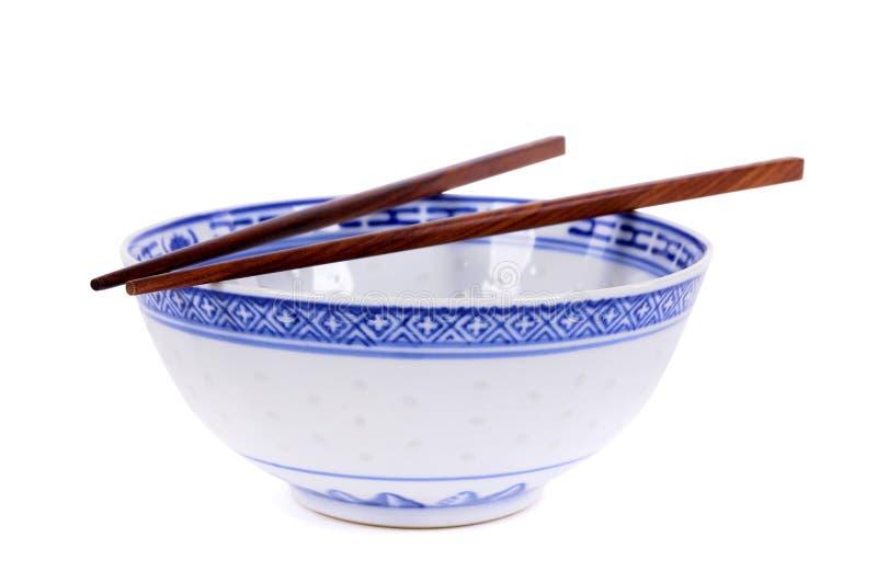 经典蓝色有木chopsti的样式空的中国饭碗 免版税库存图片